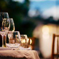 野外パーティーのワイングラス
