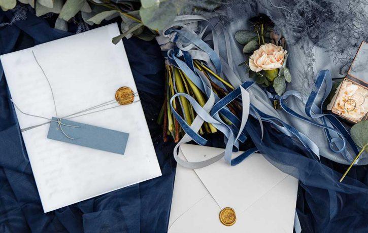 結婚式招待状と花